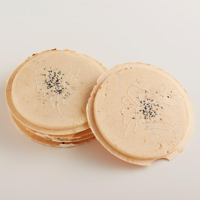 アイテムポストで買える「ムギおにうす焼きゴマバター南部せんべい 小袋(1枚入り)」の画像です。価格は57円になります。